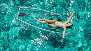 Deze doorzichtige kajak laat je ook van de onderwaterwereld genieten