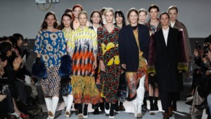 Honderdste modeshow van Dries Van Noten is bonte mix op de catwalk