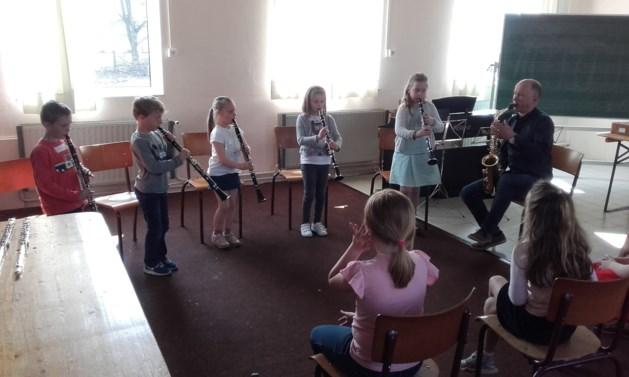 Kinderen volgen muziekinitiatie bij Ons Verlangen