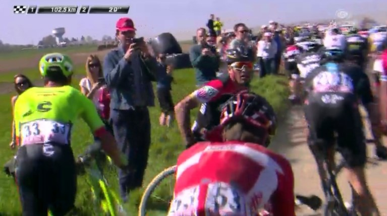 Het slagveld van Roubaix: Naesen maakt koprol en rijdt drie keer lek, geen breuken voor Terpstra