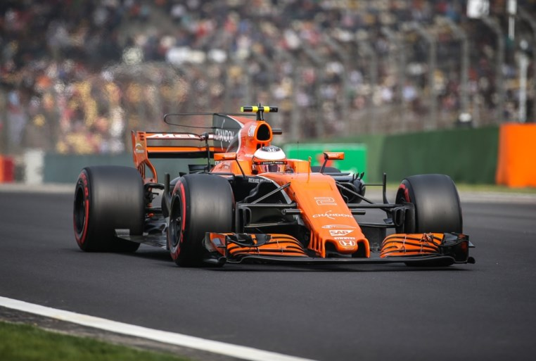 Pechvogel Stoffel Vandoorne moet opgeven in tweede GP van het jaar, Hamilton wint