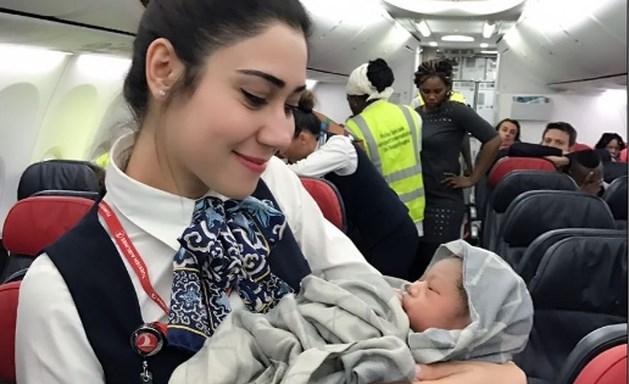 """Stewards helpen baby ter wereld brengen: """"Ze is al staande bevallen"""""""