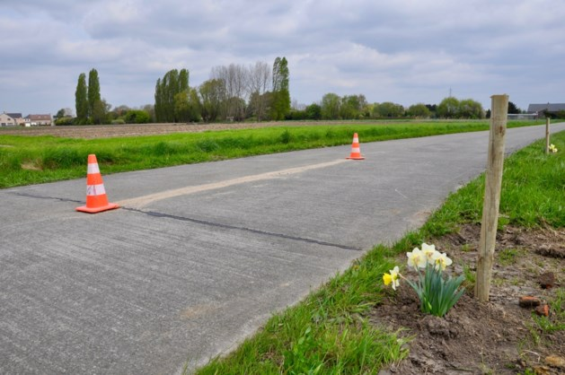 Wielertoerist (69) maakt fatale val door spleet tussen betonplaten van wegdek