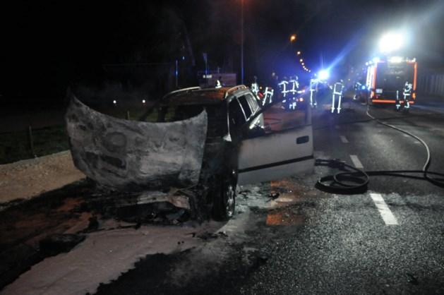 Wagen brandt volledig uit na ongeval in Hechtel