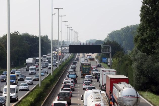 Uur file op E313 richting Limburg na ongeval in Massenhoven