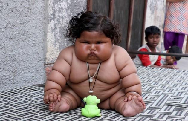 Dit meisje is acht maanden oud en weegt al dubbel zo veel als andere baby's van die leeftijd