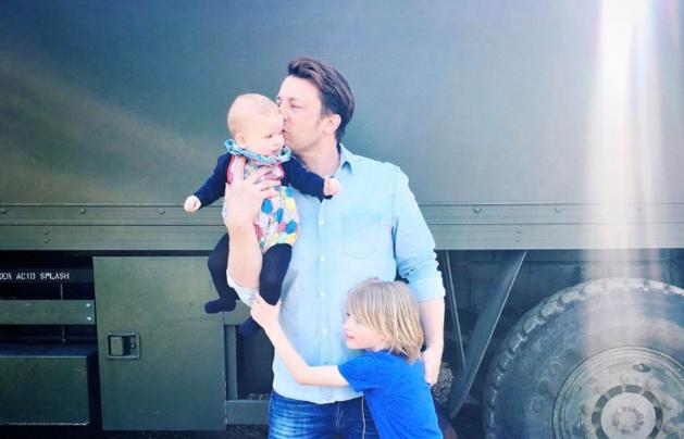 Jamie Oliver wordt op de vingers getikt... door zijn mama