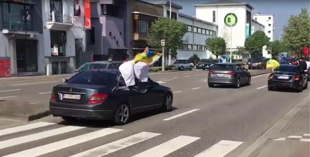 Roekeloze bestuurders van trouwstoet krijgen voor 2.420 euro aan boetes