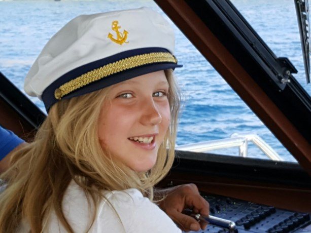Stewardess laat kokende thee op Vlaams meisje (9) vallen: vliegtuig moet tussenlanding maken