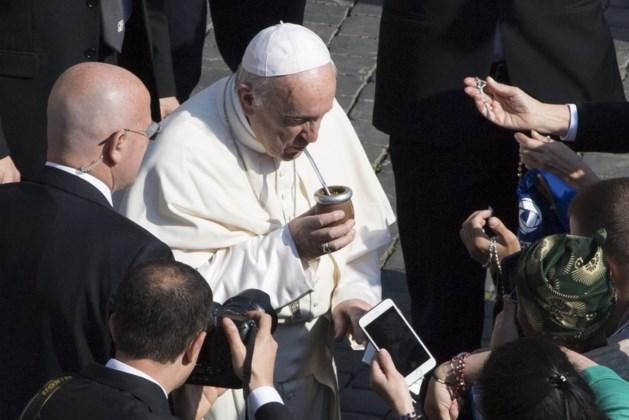 """Paus betreurt """"het onschuldige bloed van vrouwen, kinderen, immigranten"""""""