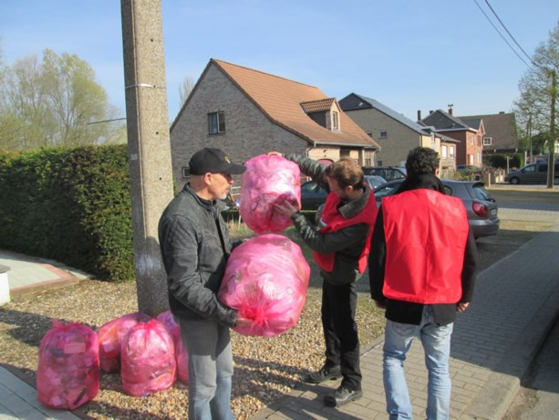 PVDA-ers halen de roze zakken op