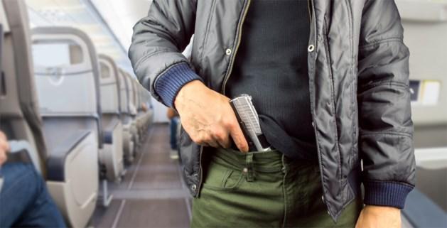 Passagier vindt geladen pistool in vliegtuigtoilet maar het gaat om gigantische blunder