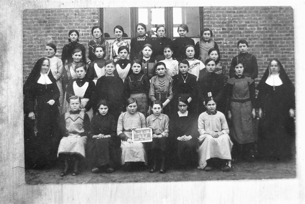 Wie herkent de meisjes op deze klasfoto uit Wereldoorlog I?