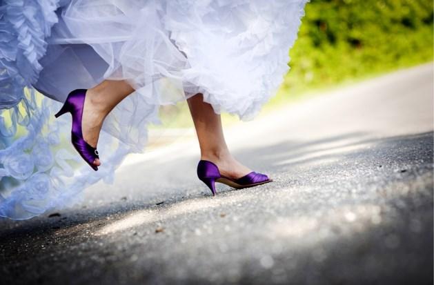 Vrouw loopt marathon in haar trouwjurk, de reden waarom is zeer ontroerend