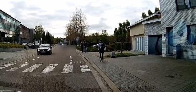 Levensgevaarlijk: BMW scheurt in rotvaart over zebrapad bij school