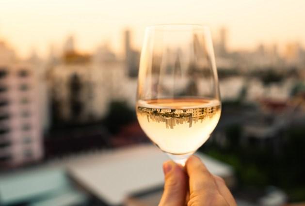 Dat extra wit wijntje helpt misschien wel je huid om zeep