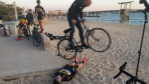 En of Sven Nys het nog kan: ex-crosser springt met stadsfiets over één van zijn renners