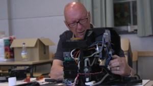 """VIDEO. """"Technicus laten langskomen kost me 200 euro, hier repareren ze mijn koffieapparaat voor… een vrijwillige bijdrage"""""""