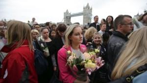 """IN BEELD. Duizenden herdenken slachtoffers aanslag Londen: """"Dit is onze levenswijze"""""""