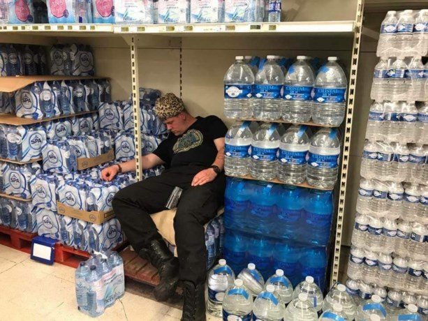 Graspop-fan crasht tussen flessen water in supermarkt