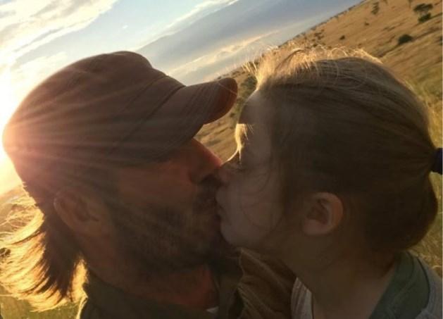 """David Beckham verdedigt zich: """"Ik kus mijn kinderen op de mond, wat is het probleem?"""""""