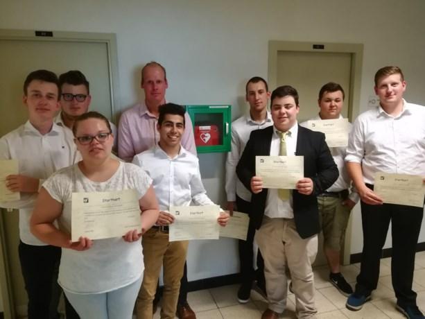 Leerlingen Hotelschool zorgen zelf voor defibrillator in school
