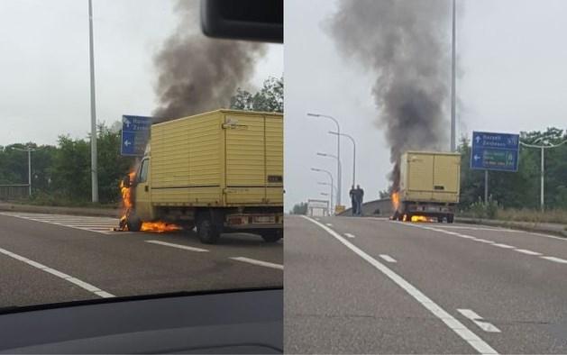 Bestelwagen uitgebrand op snelwegbrug in Houthalen-Helchteren