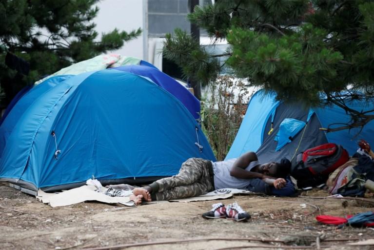 Politie ontruimt illegaal vluchtelingenkamp nabij Parijs