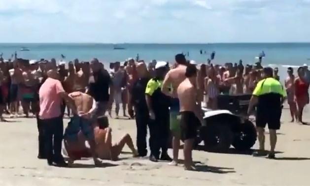 VIDEO. Vier tieners onder luid gejoel opgepakt omdat ze seks hadden op het strand