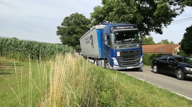 Vrachtwagen in berm hindert verkeer in Peer