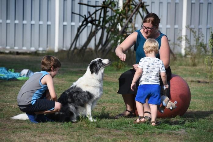"""Eerste zorgverleners met therapiehond studeren af: """"Hond krijgt meer gedaan dan therapeut"""""""