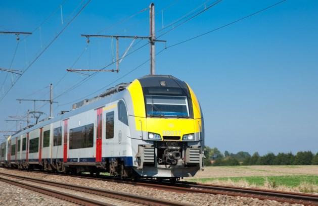 Duizend reizigers zitten uren vast in geblokkeerde trein in Denderleeuw