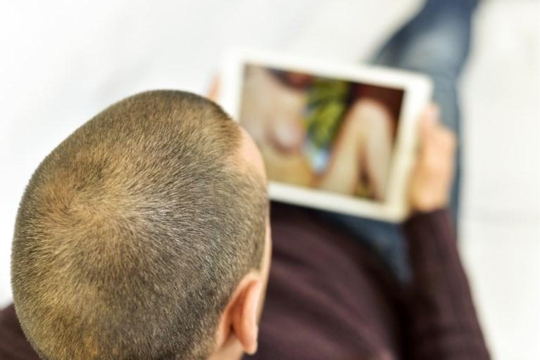 Vrouw ontdekt dat haar man naar porno surft... en zet hem geniaal op zijn plaats