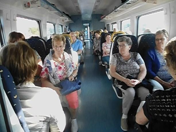 Okra Eksel gaat met de trein naar zee