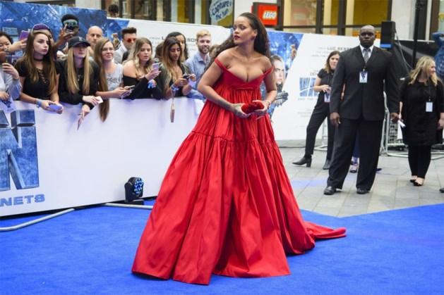 Rihanna maakt indruk in vuurrode jurk met gewaagd decolleté