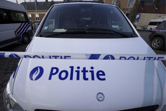 Man neergeschoten die politie belaagde met messen in Essen