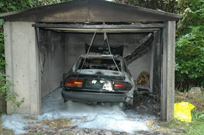 Oldtimer brandt uit in garage