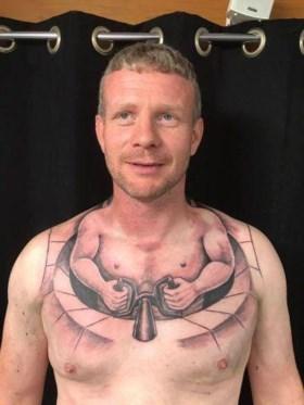 Deze trucker liet een grote tattoo zetten, maar nu is iedereen met hem aan het lachen