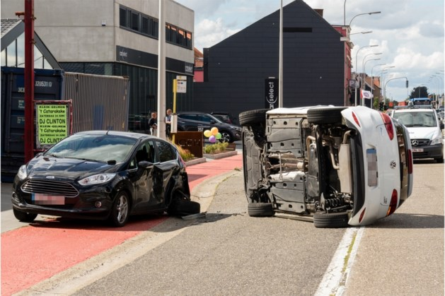 Auto belandt op flank na aanrijding op Chaussée d'Amour