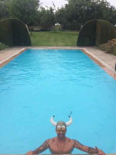 """Man overal welkom om te zwemmen na zwaar ongeval: """"Ook bij BV's"""""""