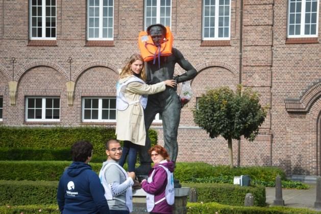 Standbeeld de mijnwerker in Genk aangekleed als vluchteling