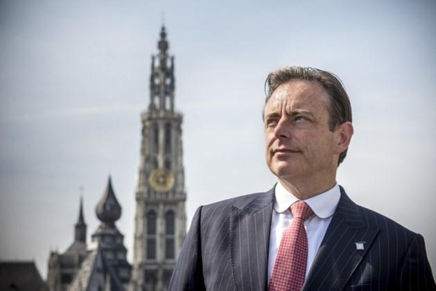 """Burgemeester De Wever hoopt op """"signaal van buurt"""" na aanval van jongeren op politie"""