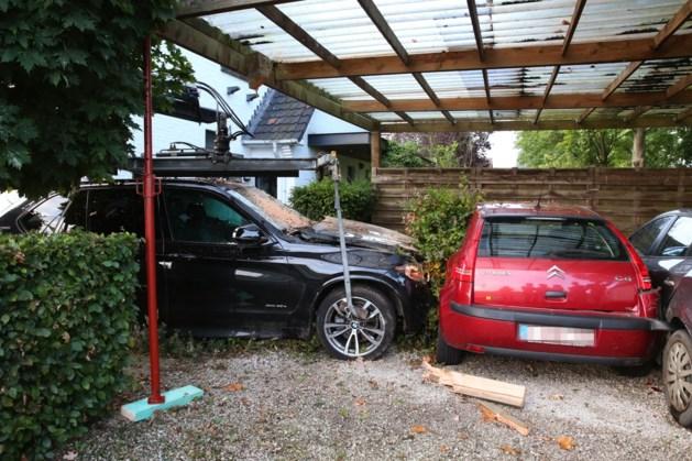 Jongeman met voorlopig rijbewijs richt zware schade aan met BMW van papa: carport, muur en twee auto's geramd