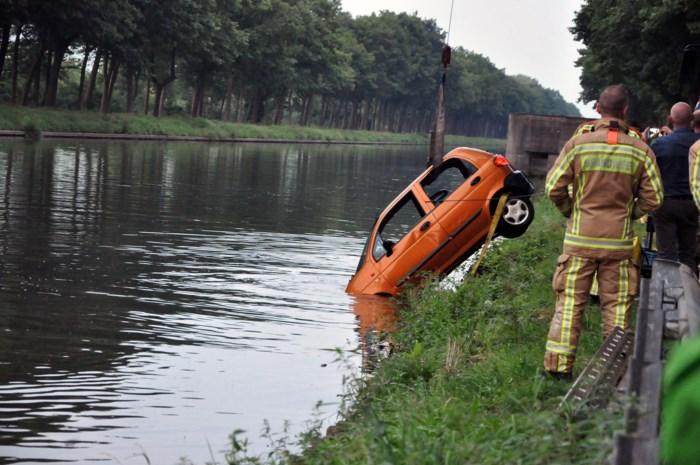 Wagen komt in kanaal terecht