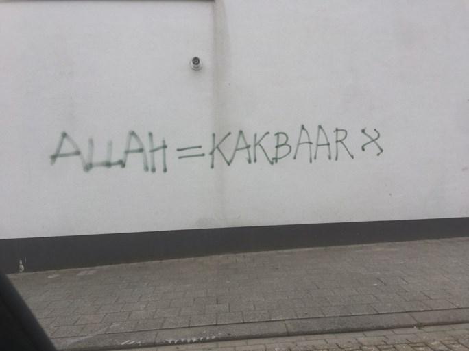 """Huis in Runkst beklad met """"Allah = kakbaar"""""""