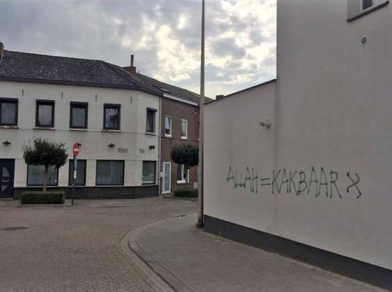 Racistische graffiti op muur in Runkst