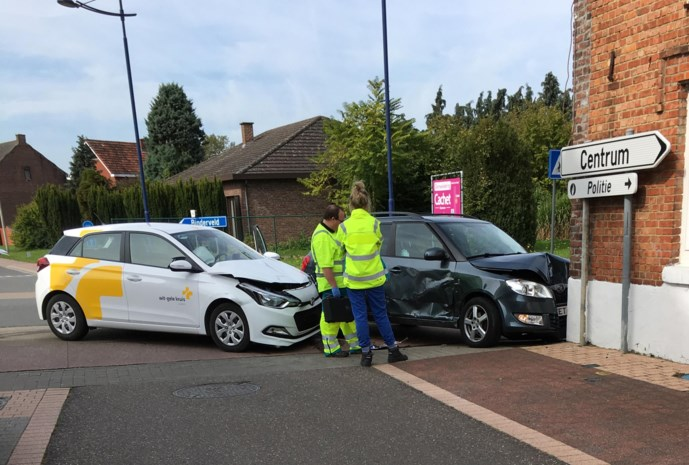 Wagens crashen tegen gevel restaurant