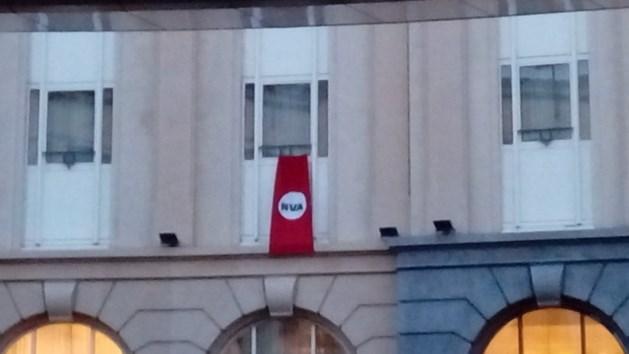 Betogers voeren actie tegen Theo Francken (N-VA) met nazi-achtige vlag