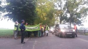 Buurtbewoners protesteren met tractoren aan ingang Pairi Daiza