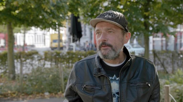 Keiharde beelden: Axel Daeseleire ontmoet daklozen en geeft hen 10.000 euro om leven weer op te bouwen